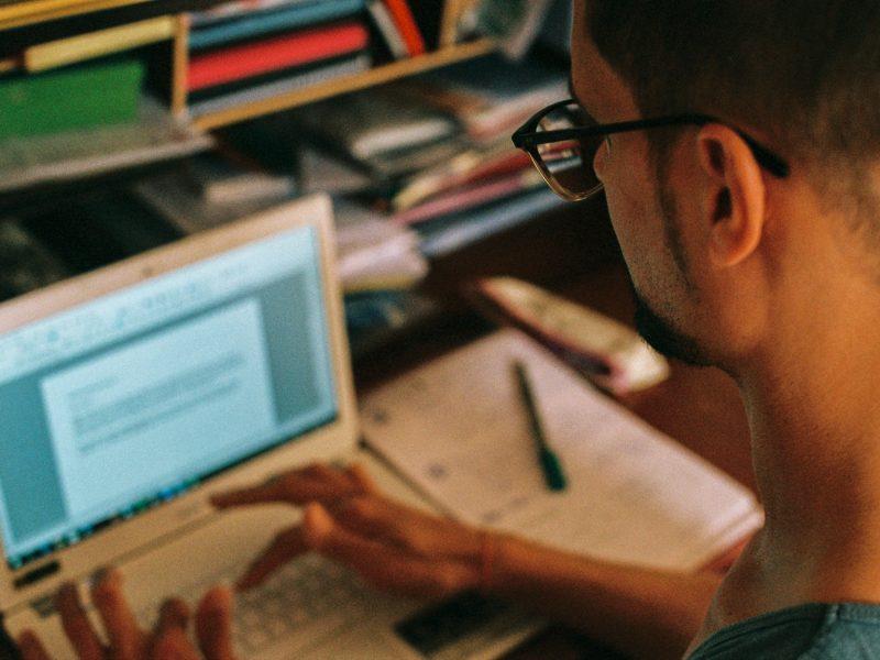 Das Bild zeigt mich beim Schreiben an meinem Laptop