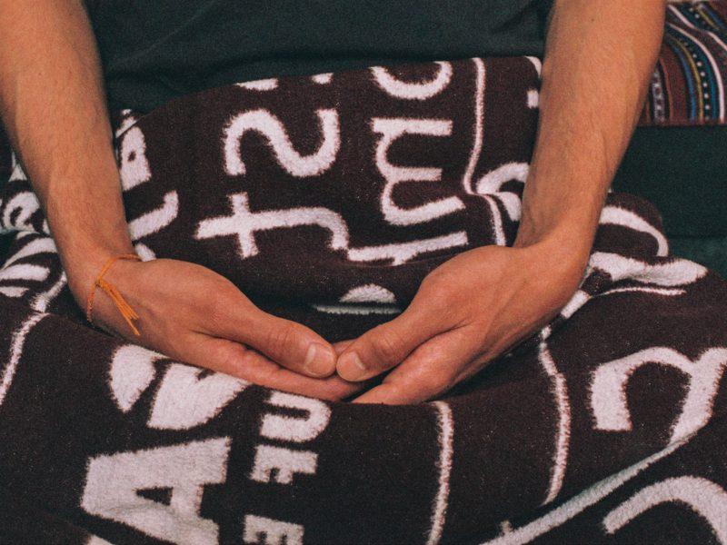 Das Bild zeigt zwei Hände, die in Meditationshaltung zusammengefaltet sind