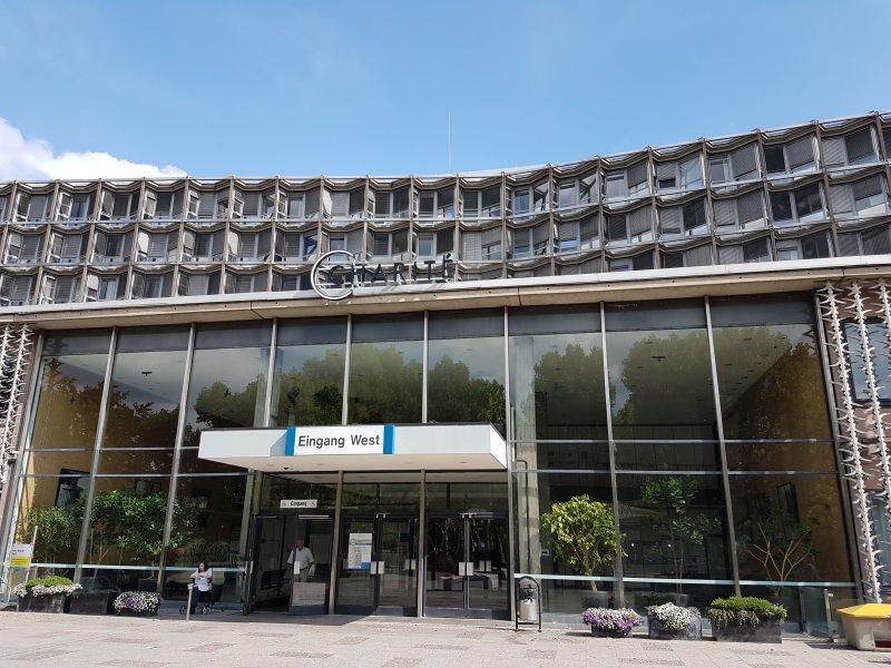 zu sehen ist der Eingang zum Benjamin Frankling Campus der Charité in Berlin