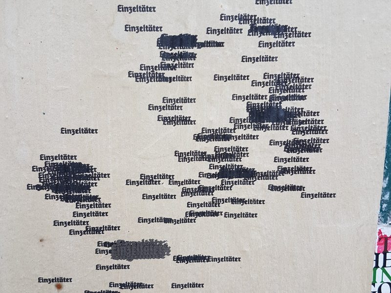"""Das Bild zeigt eine Deutschlandkarte. Überall wo Menschen aus rassistischen Motiven ermordet wurden steht das Wort """"Einzeltäter"""". Das Bild wurde von migrantifaberlin gestaltet."""